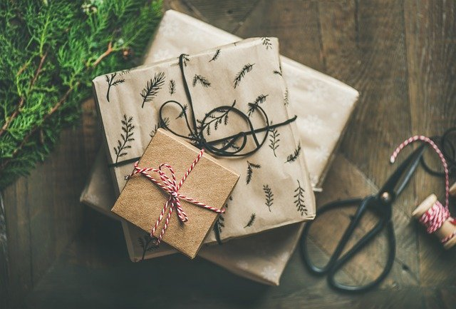 Professionals use boxes for storing Christmas decorations